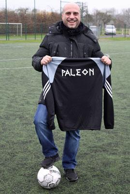 Panagiotis Spirakos vom Restaurant PALEON mit dem neuen Aufwärmshirt