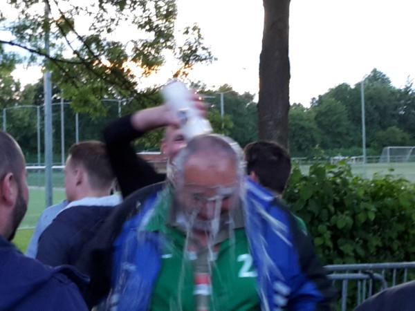 Trainer Udo Schultz mit der Bierdusche durch Torschütze und Sohn Patrick